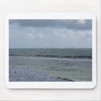 Mousepad Litoral da praia com os veleiros no horizonte