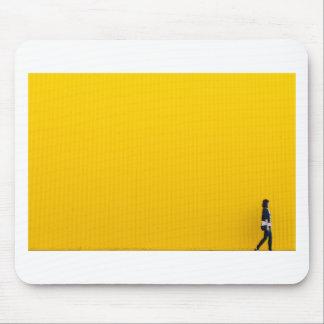 Mousepad Menina que anda contra a parede amarela enorme