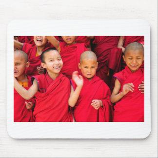 Mousepad Monges pequenas em vestes vermelhas