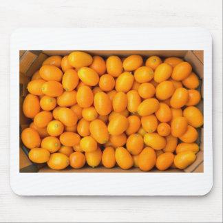 Mousepad Montão de kumquats alaranjados na caixa de cartão