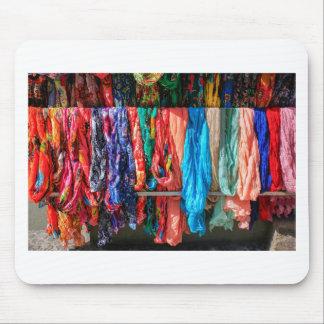 Mousepad Muitos scarves coloridos que penduram no mercado
