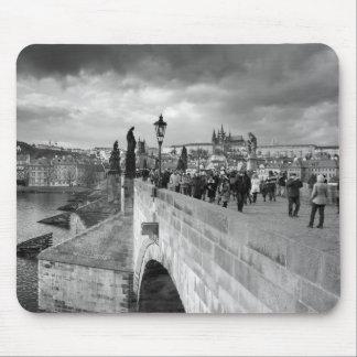 Mousepad na ponte de Charles sob um céu tormentoso em Praga