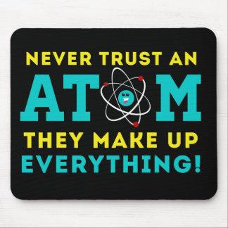 Mousepad Nunca confie um átomo, eles compo tudo