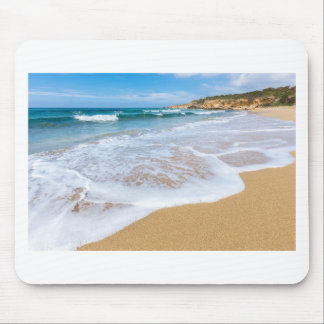 Mousepad Ondas e montanha do mar do Sandy Beach na costa
