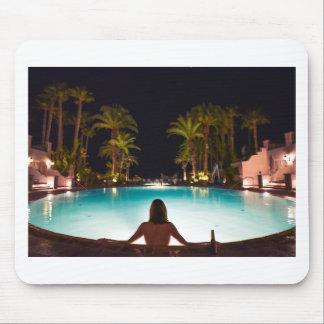 Mousepad Palmas, piscina, mulher e cerveja…