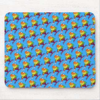 Mousepad Peixe dourado alegre bonito no mar, luz - azul
