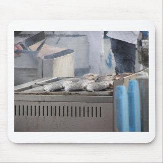 Mousepad Peixes do churrasco fora com o fumo que emerge