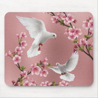Mousepad Pombas & flor de cerejeira cor-de-rosa do estilo