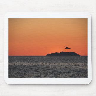 Mousepad Por do sol bonito do mar com silhueta da ilha