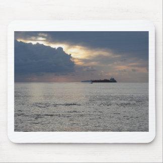 Mousepad Por do sol morno do mar com navio de carga e um