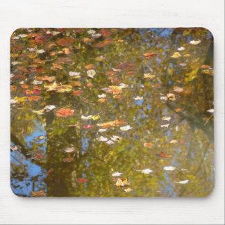 Mousepad Reflexão das folhas e do córrego de outono no