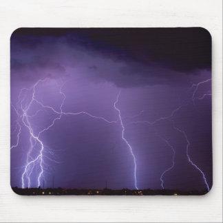 Mousepad Relâmpago roxo em uma tempestade do trovão do