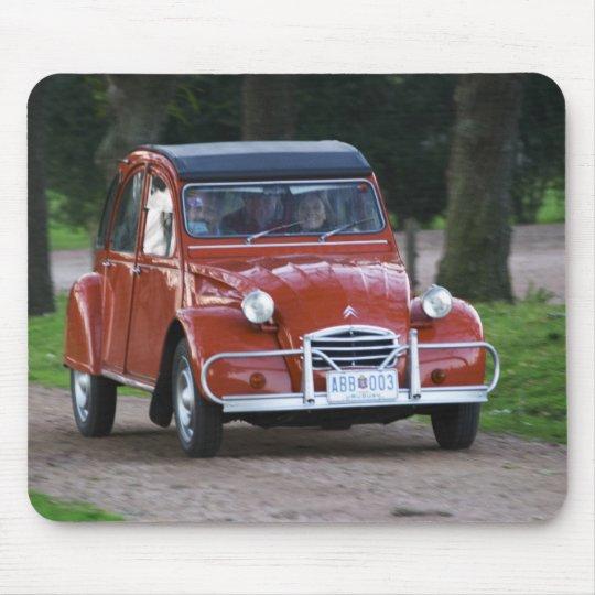 mousepad um carro vermelho velho de citroen 2cv com uma