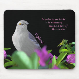 Mousepad Um pássaro de zombaria do norte com as folhas do