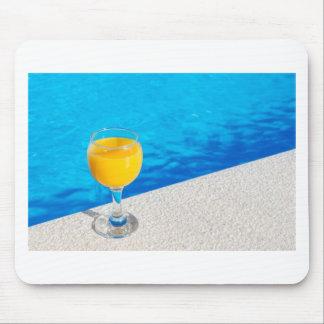 Mousepad Vidro com sumo de laranja na borda da piscina