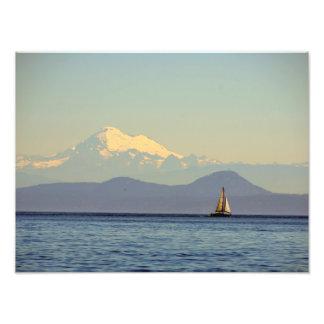 Mt. Padeiro e veleiro - Puget Sound, Washington Impressão De Foto