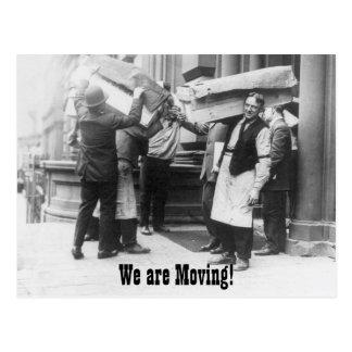 Mudança engraçada do vintage de homens moventes de cartão postal