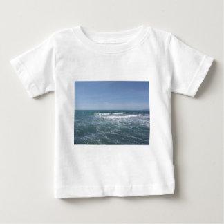 Muitas pessoas que surfam em prancha no mar camiseta para bebê