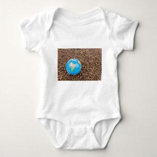 Muitos feijões de café inteiros com globo de body para bebê