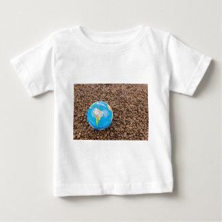 Muitos feijões de café inteiros com globo de camiseta para bebê