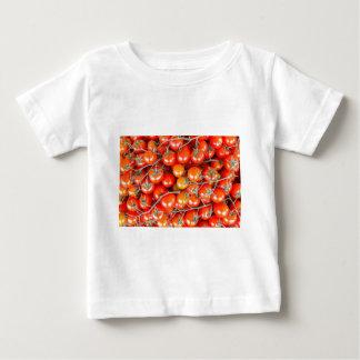 Muitos grupos de tomates vermelhos da videira camiseta para bebê