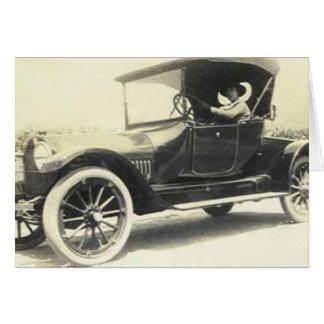 mulher 1900's que conduz o cartão do carro