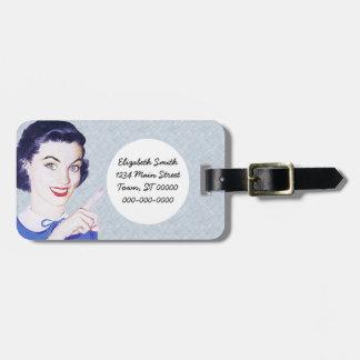 Mulher apontando dos anos 50 retros etiqueta de bagagem