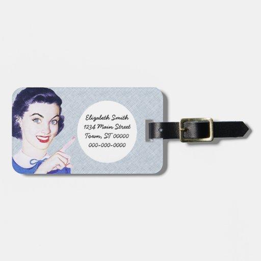 Mulher apontando dos anos 50 retros etiqueta de mala