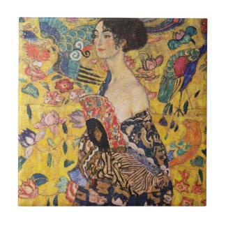 Mulher bonita com o fã por Klimt