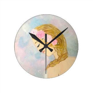 Mulher com as flores em seu cabelo relógio redondo