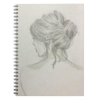Mulher com cabelo acima do caderno