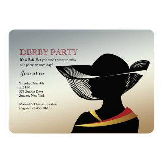 Mulher com convite da corrida de cavalos do chapéu