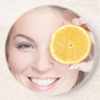 Mulher com laranja, fruta da comida da beleza da porta-copos