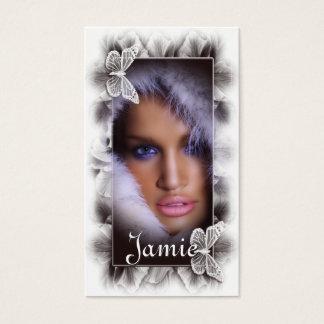 Mulher com os cartões de visitas do salão de