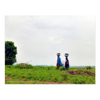 Mulher de Fulani no campo Cartao Postal