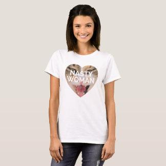 Mulher desagradável com camisa do gato