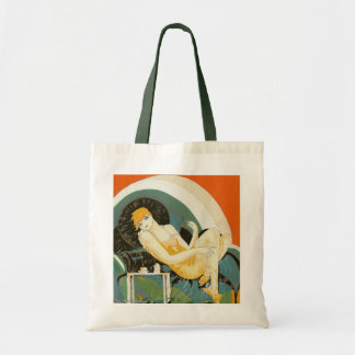 Mulher do art deco do vintage que reclina no sofá, bolsa tote