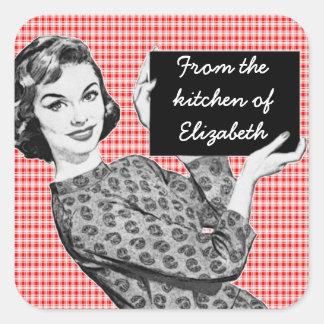 mulher dos anos 50 com etiquetas de uma cozinha do adesivo quadrado