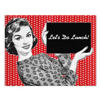 mulher dos anos 50 com um almoço do sinal convites personalizado