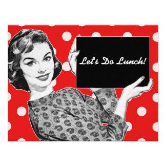 mulher dos anos 50 com um almoço do sinal convites