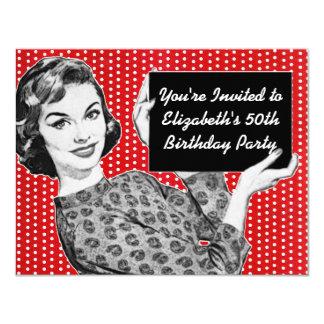 mulher dos anos 50 com um aniversário do sinal convites personalizados