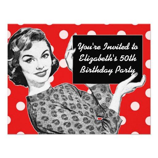mulher dos anos 50 com um aniversário do sinal convite personalizados