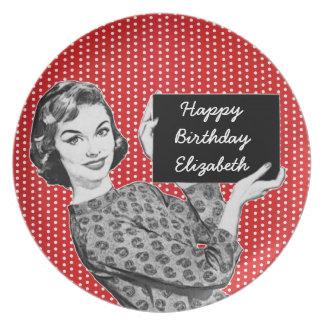mulher dos anos 50 com um aniversário do sinal louças de jantar