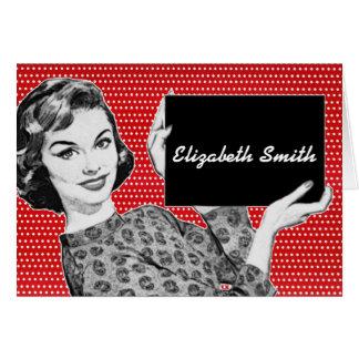 mulher dos anos 50 com um cartão do lugar do sinal