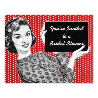 mulher dos anos 50 com um chá de panela do sinal convites personalizados