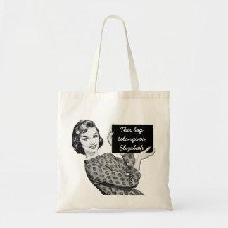 mulher dos anos 50 com um sinal bolsa para compra