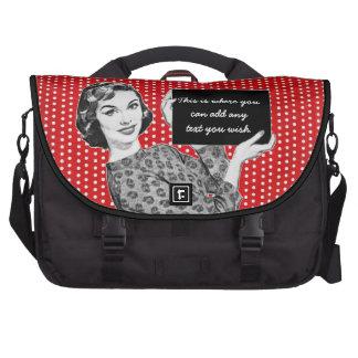 mulher dos anos 50 com um sinal mala para notebook