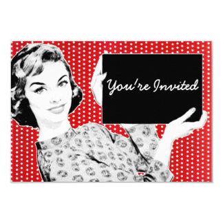 mulher dos anos 50 com um sinal convites personalizados