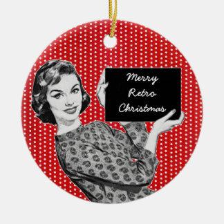 mulher dos anos 50 com um sinal do Natal Ornamento De Cerâmica Redondo