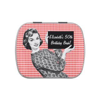 mulher dos anos 50 com um sinal